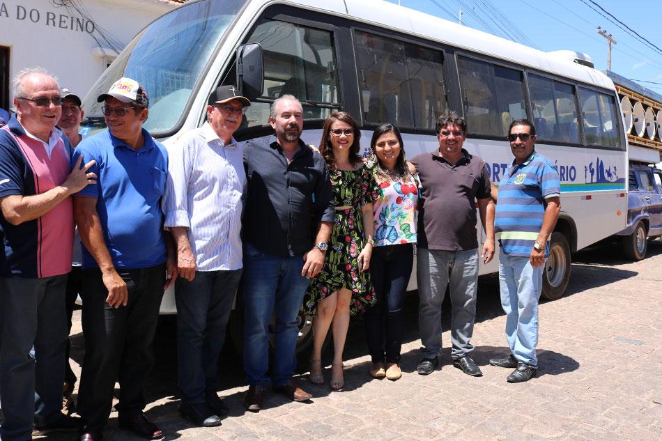 Romonilson entrega 02 micro-ônibus para o transporte do TFD