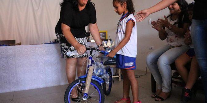 Alunos da rede municipal de ensino ganham bicicletas em concurso sobre o trânsito
