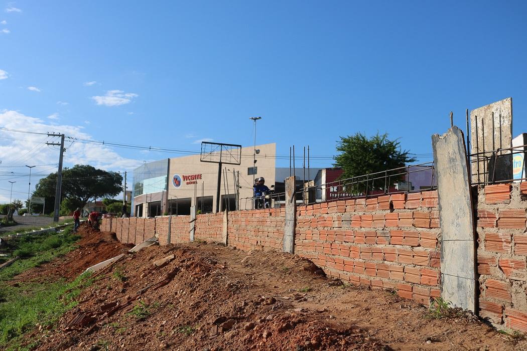 Prefeitura está construindo passeio e gradio de segurança no Parque Pedro Leão Leal