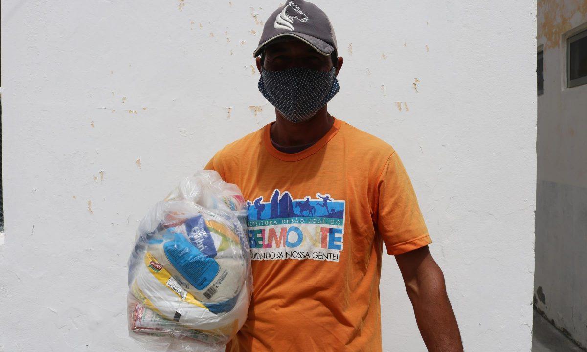 Em homenagem ao Dia Do Gari prefeitura distribui 60 cestas básicas para a equipe da limpeza