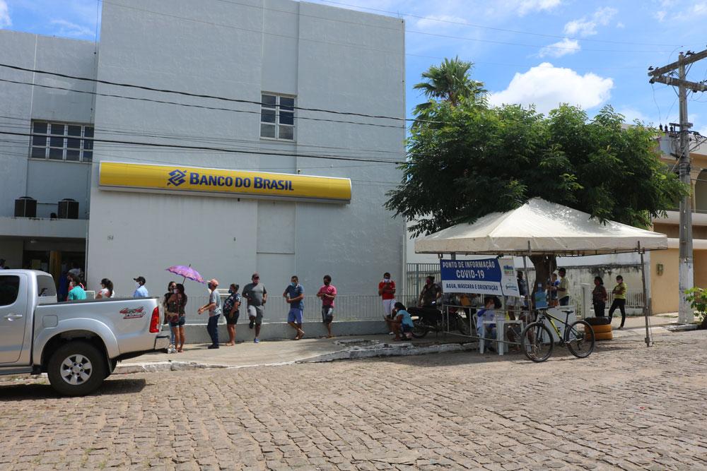 CORONAVÍRUS: Prefeitura instala barracas para distribuir água, máscaras e informações à população