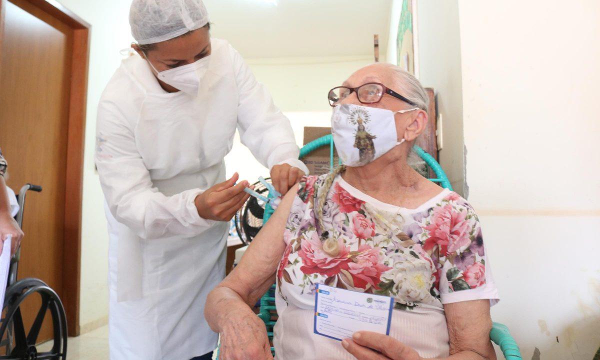 Belmonte vacinou nesta segunda 14 idosos institucionalizados